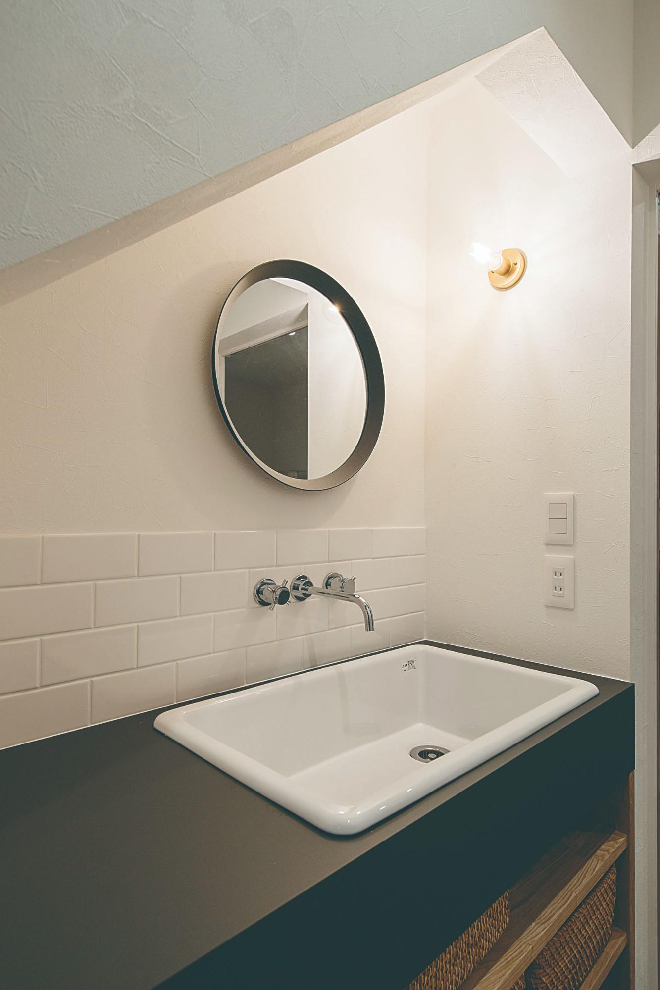 階段下のデッドスペースを活用し、手洗いコーナーを設計。