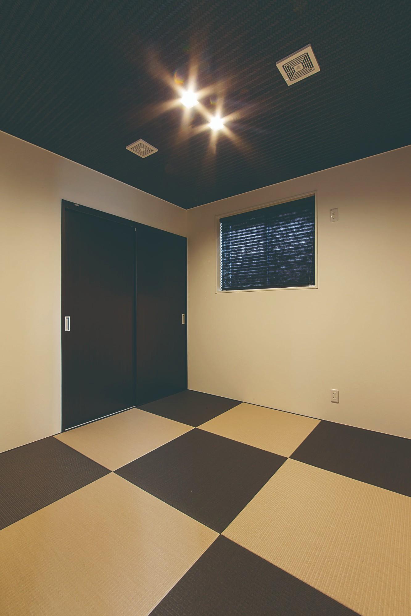 市松模様に畳を配した2階の和室。