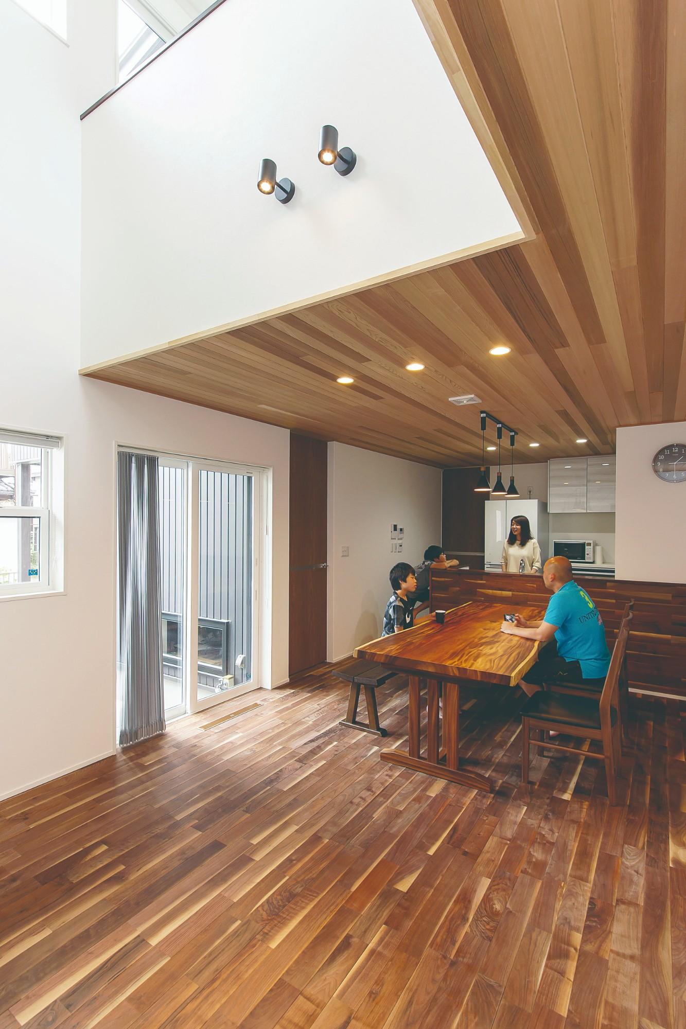 ウォルナットの床とレッドシダーの天井が豊かな表情を醸し出すLDK。