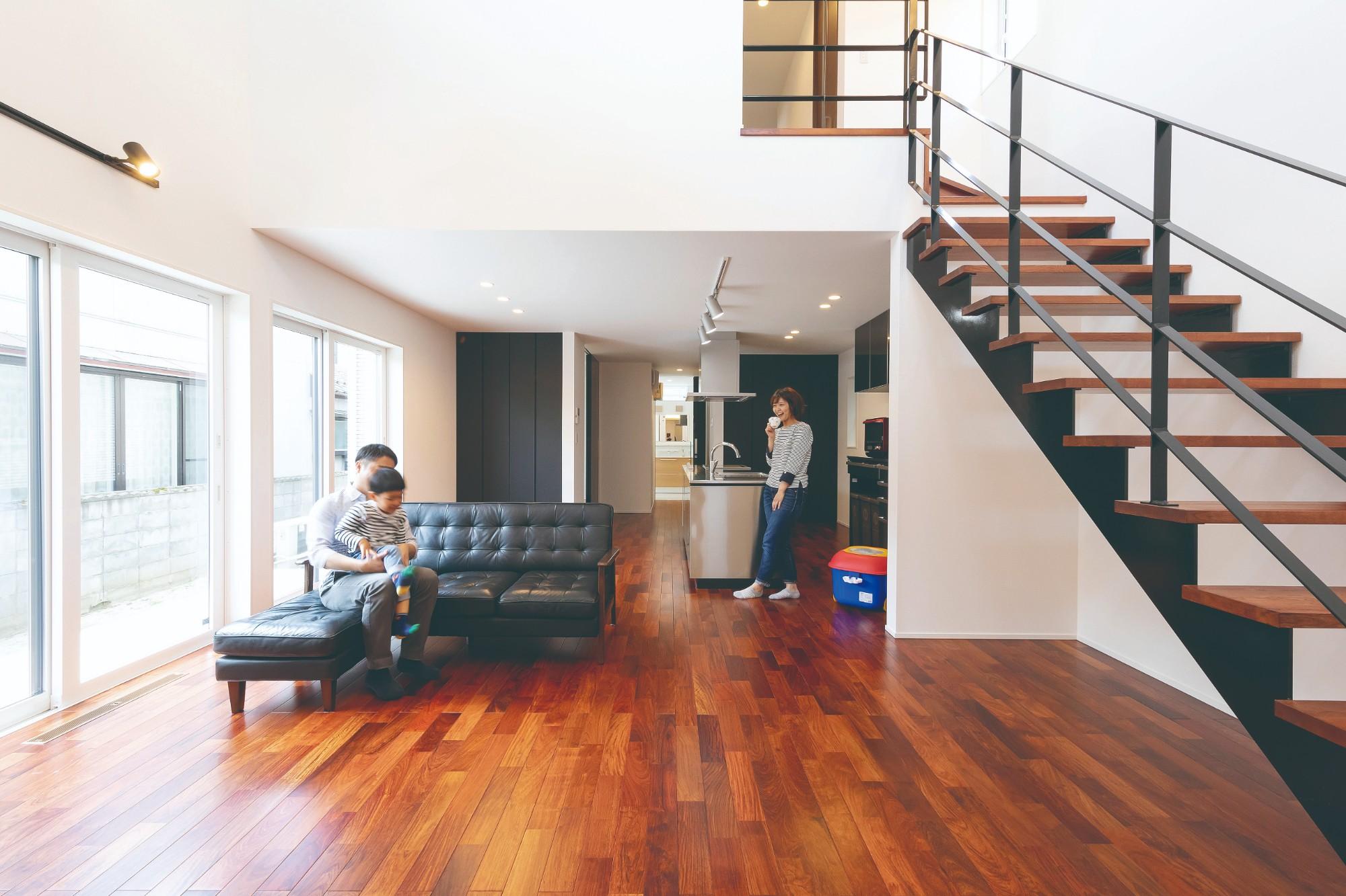 カリンの床が豊かな表情を演出。吹き抜けから光が注ぐLDKは、洗練された雰囲気が印象的。
