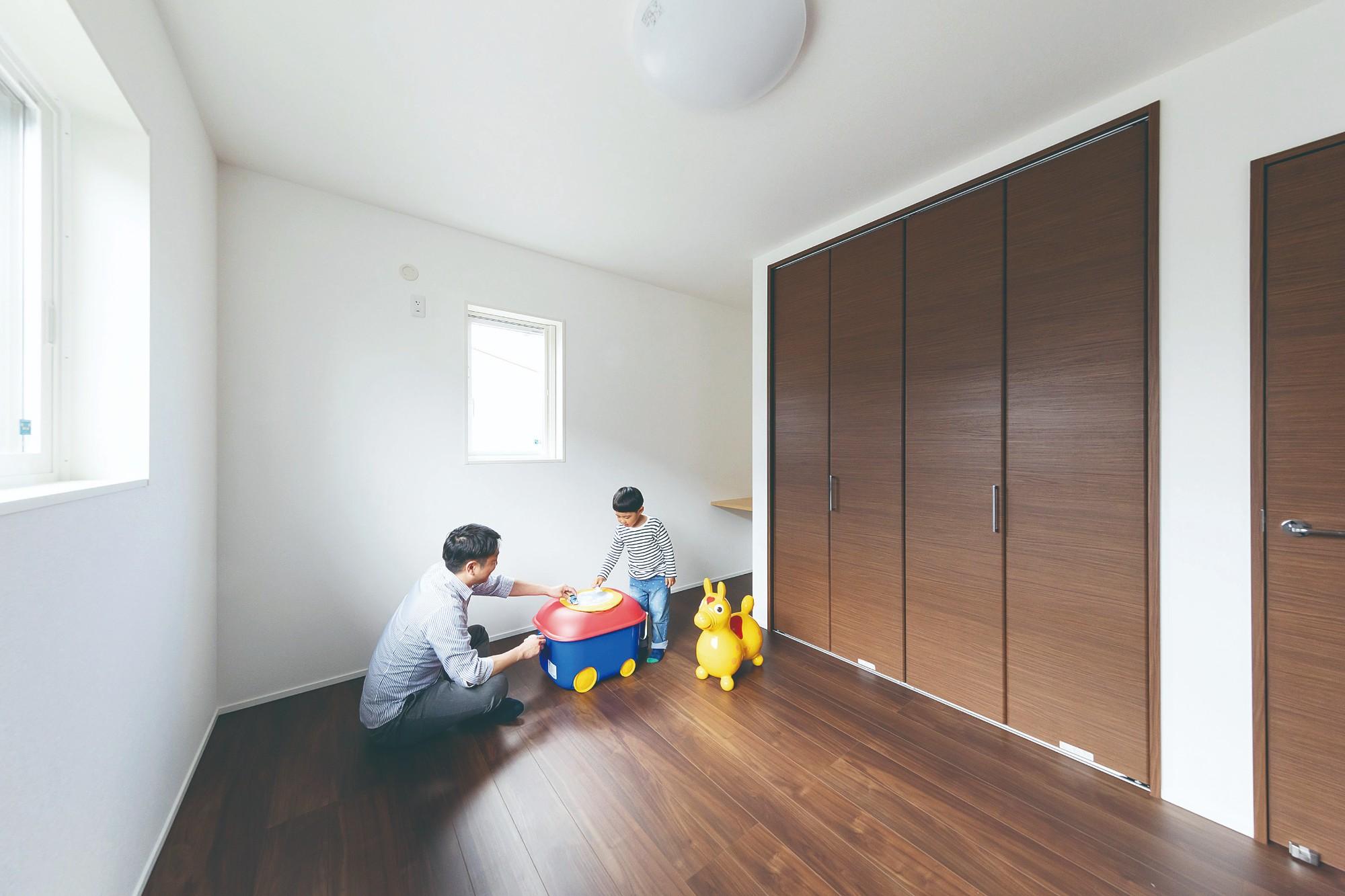 十分な収納とカウンターデスクを造作した子ども室。