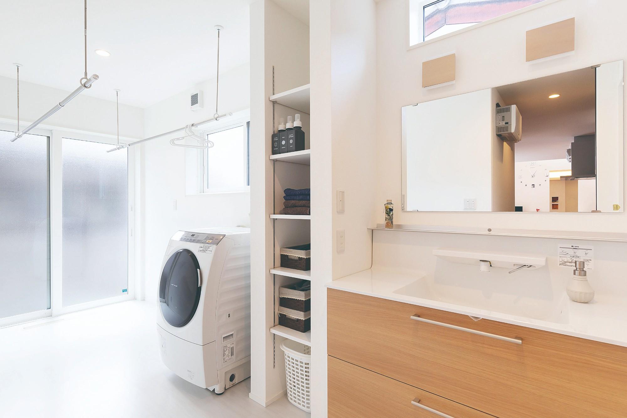サンルームを併設したゆとりある広さの洗面脱衣室。