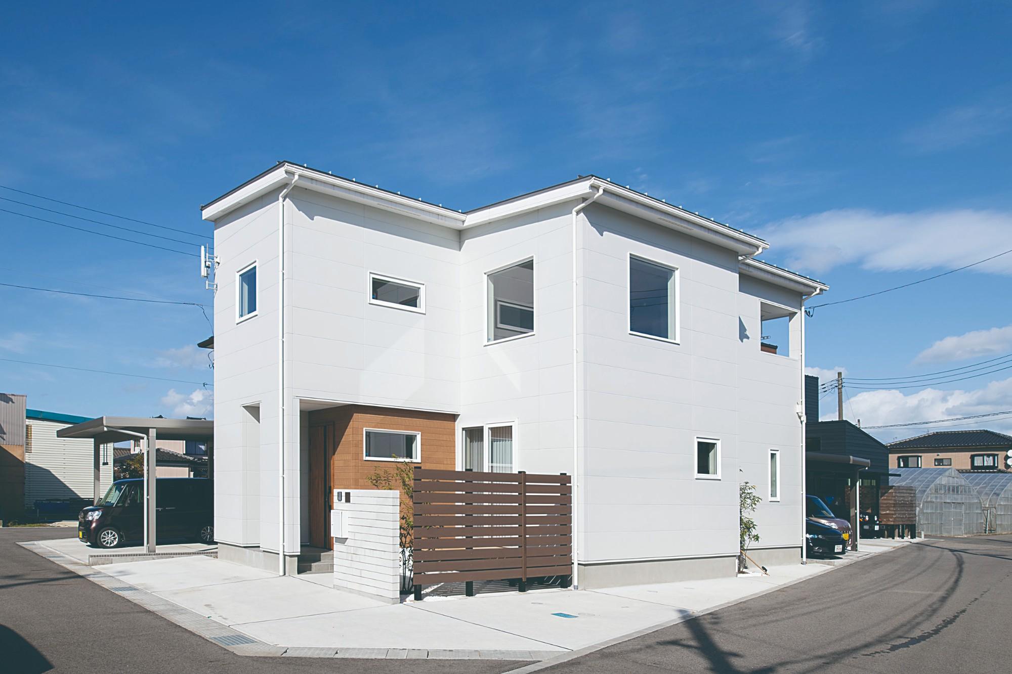マットな白のサイディングに木目調の外壁でアクセントを加えた外観デザイン。