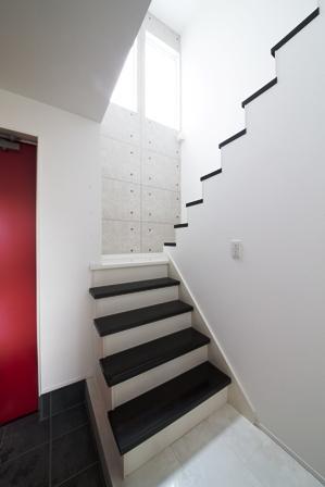 「白を基調としたスタイリッシュリビングの家」の写真5