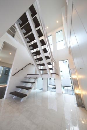 「スケルトン階段が多彩な空間を作り出す家」の写真6