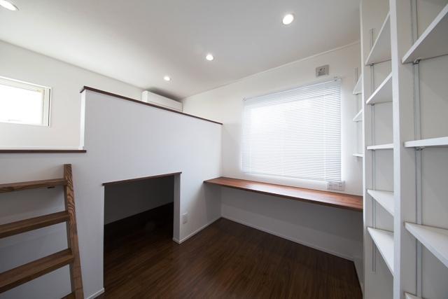 オースリーホーム株式会社「「スケルトン階段が多彩な空間を作り出す家」」のモダンな居室の実例写真