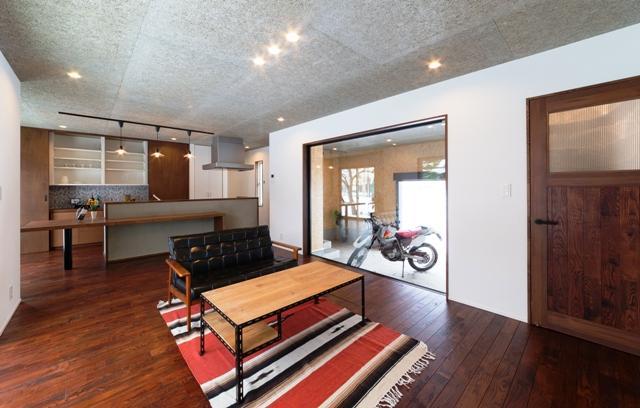"""趣味もデザインも""""好き""""を詰め込んだバイクガレージハウスの写真3"""