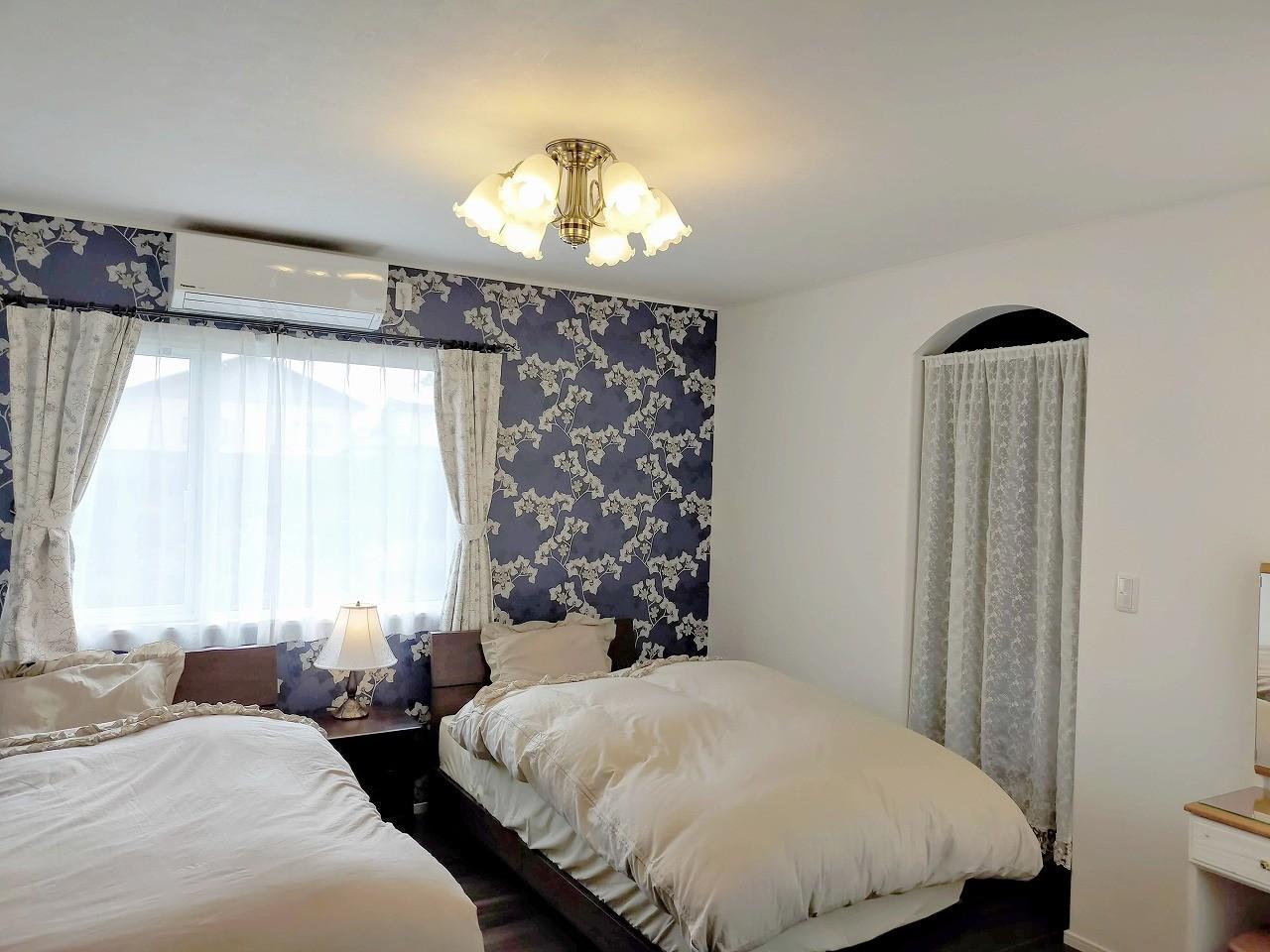 落ち着いたアクセントクロスでくつろげる寝室