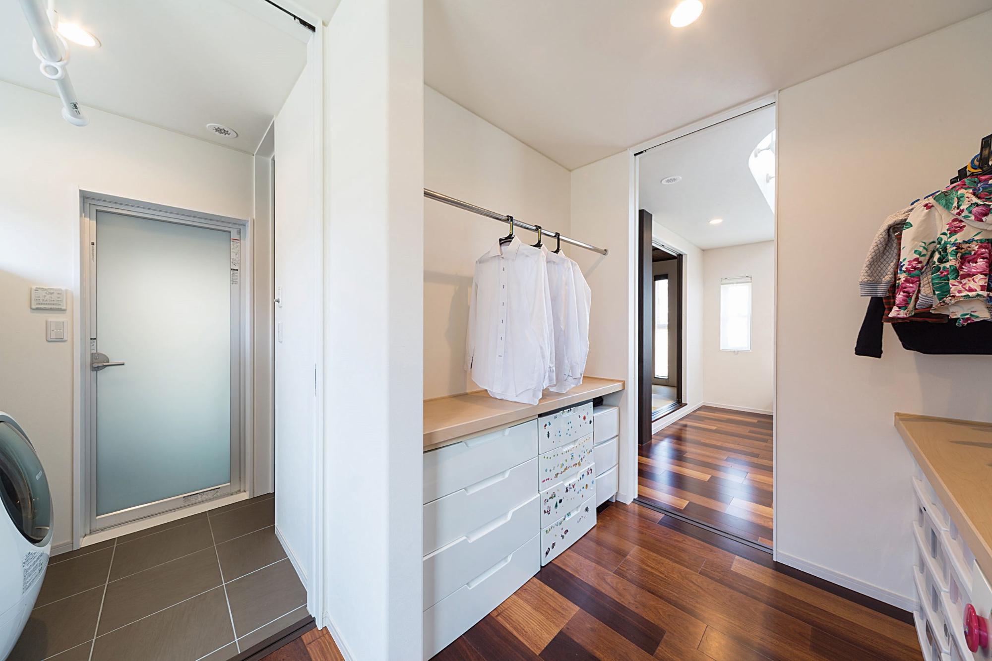 株式会社イシカワ「スクエア形のツートンカラーデザイン」のモダンな収納スペースの実例写真