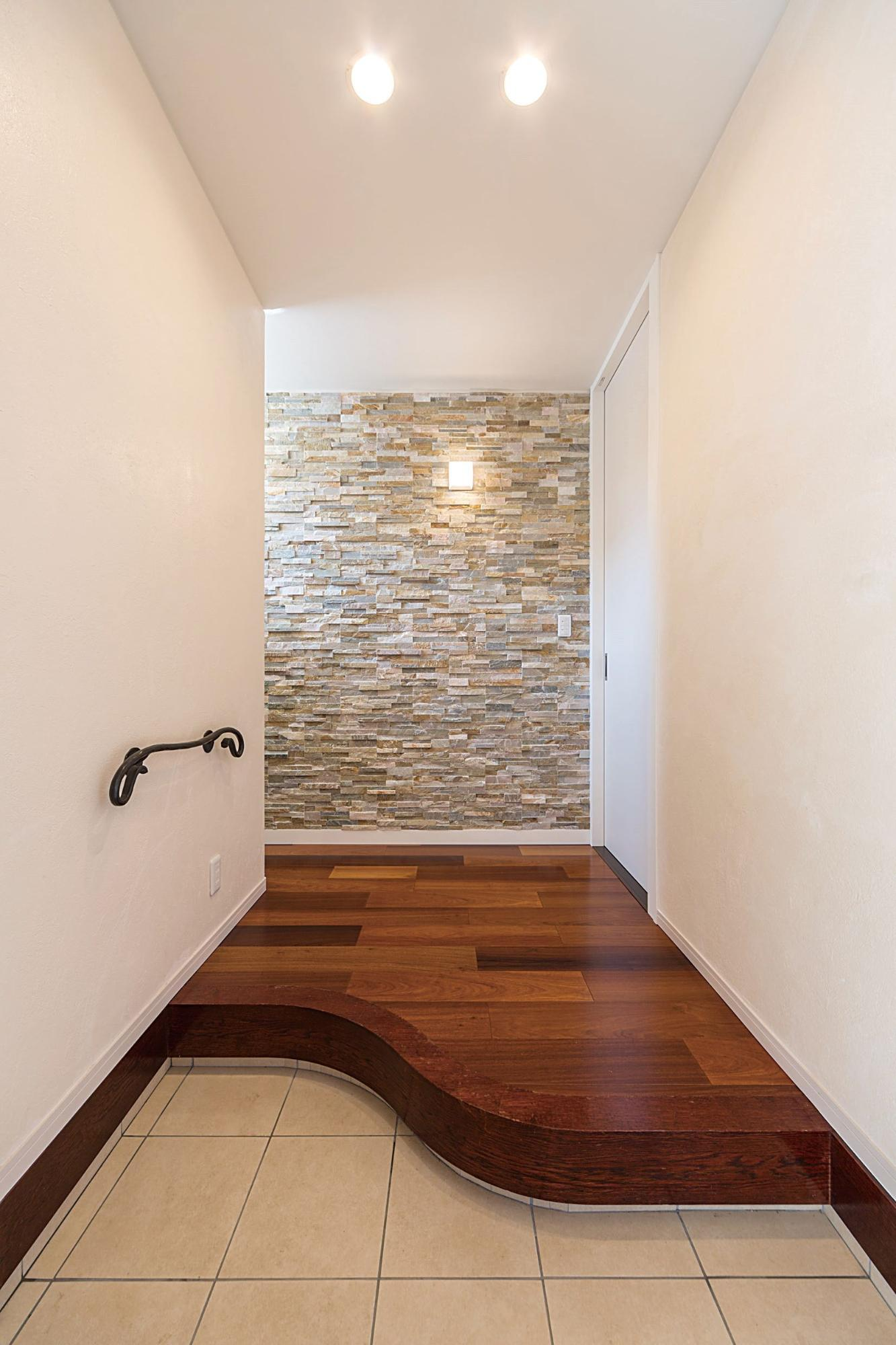 株式会社イシカワ「スクエア形のツートンカラーデザイン」のモダンな玄関の実例写真