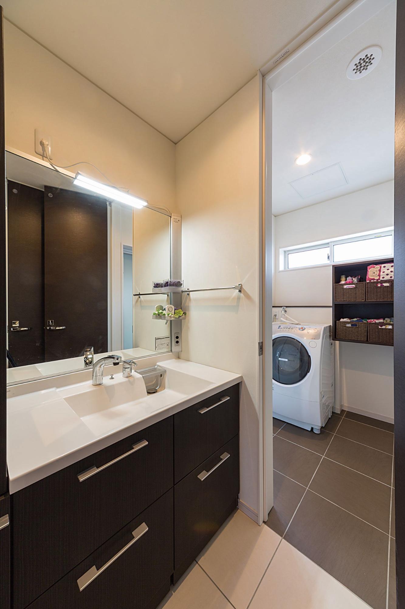 株式会社イシカワ「スクエア形のツートンカラーデザイン」のモダンな洗面所・脱衣所の実例写真