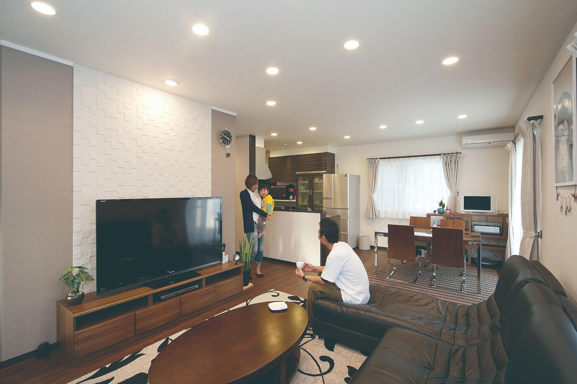 株式会社イシカワ「鋭角屋根が特徴的なスタイリッシュ住宅」のモダンなリビング・ダイニングの実例写真