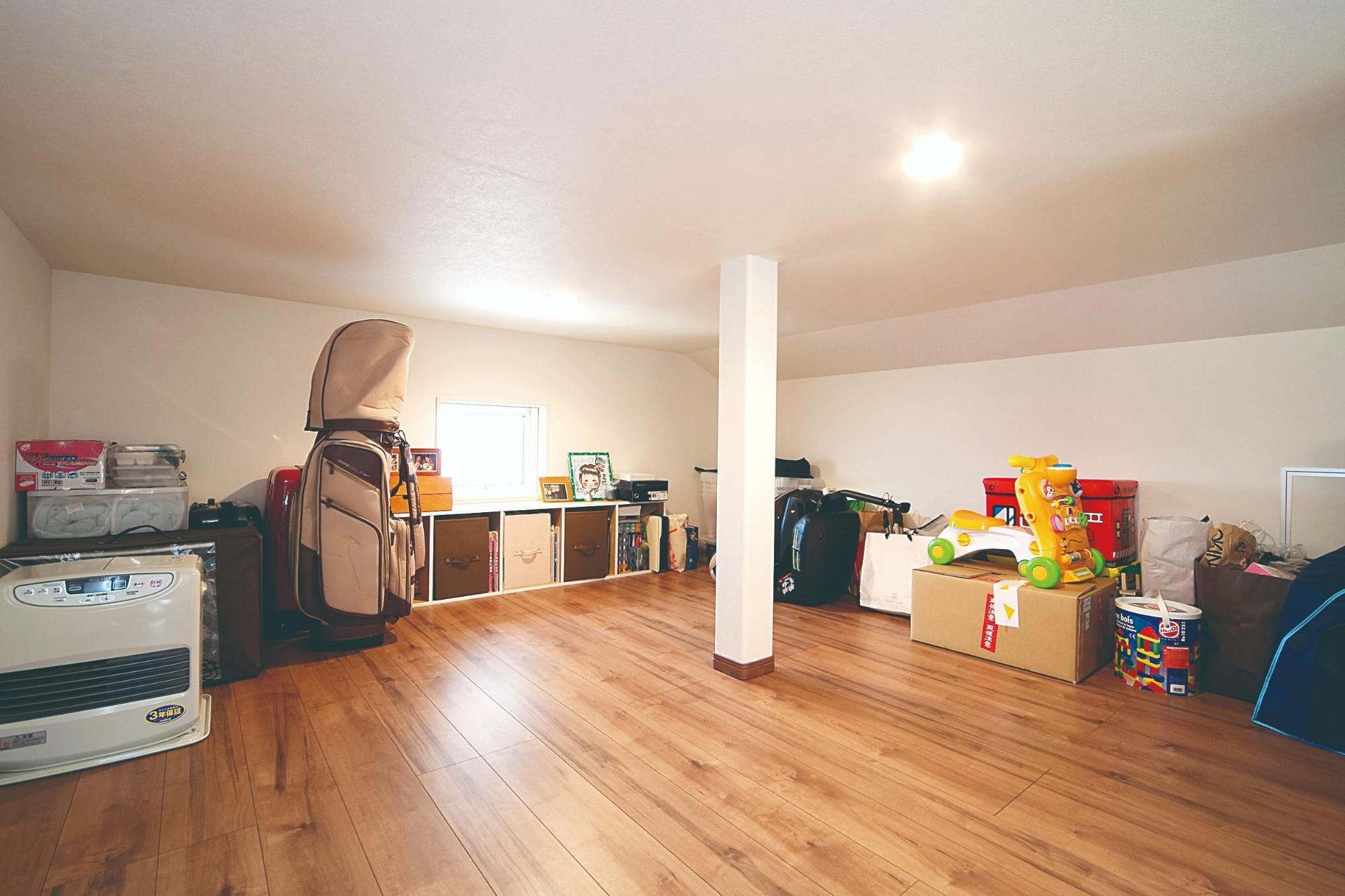 株式会社イシカワ「鋭角屋根が特徴的なスタイリッシュ住宅」のシンプル・ナチュラルな居室の実例写真