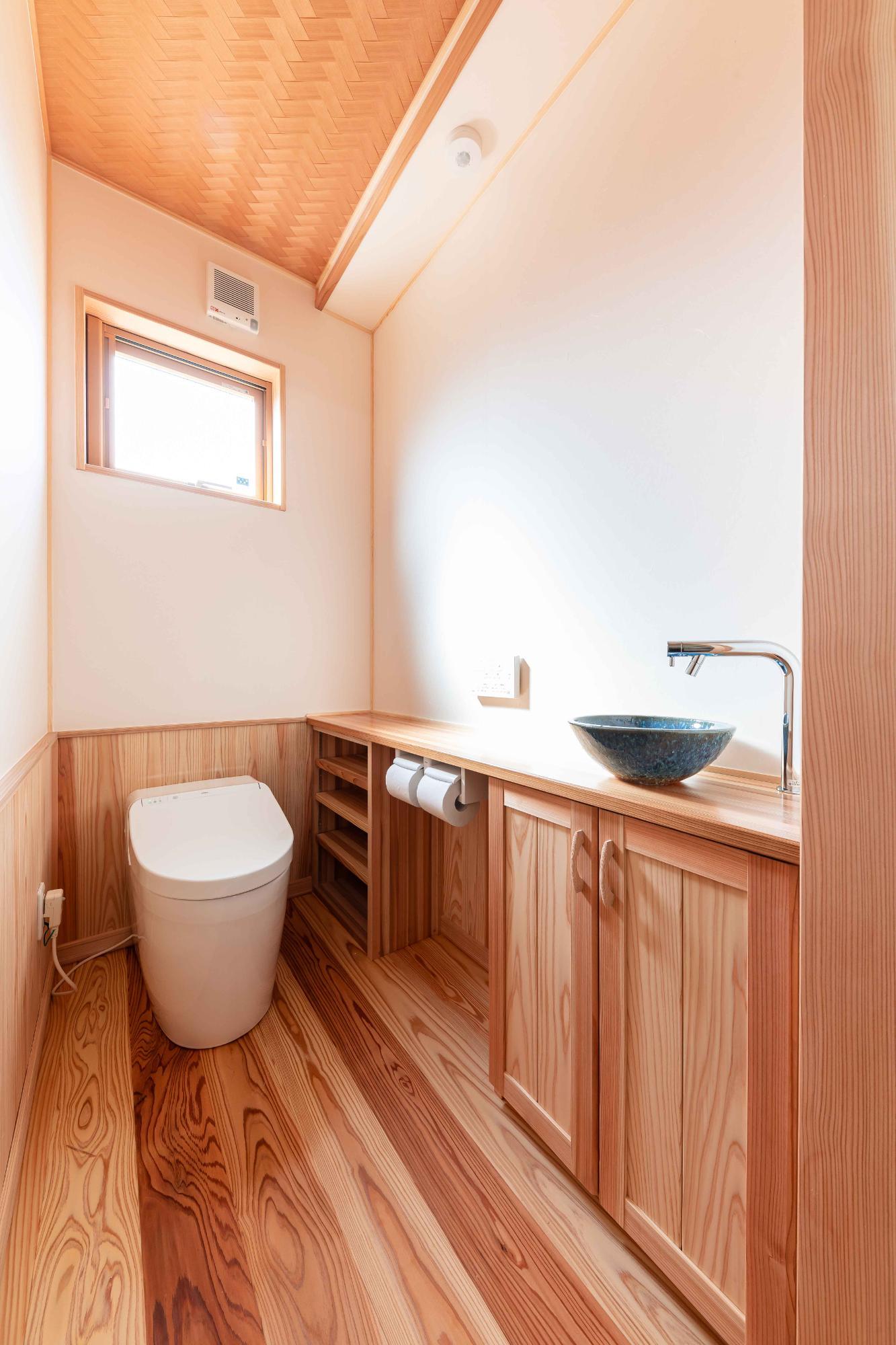 自然派ライフ住宅設計㈱「シンプルかつ繊細に、こだわりを活かした新発田の家」のシンプル・ナチュラル・和風・和モダンなトイレの実例写真