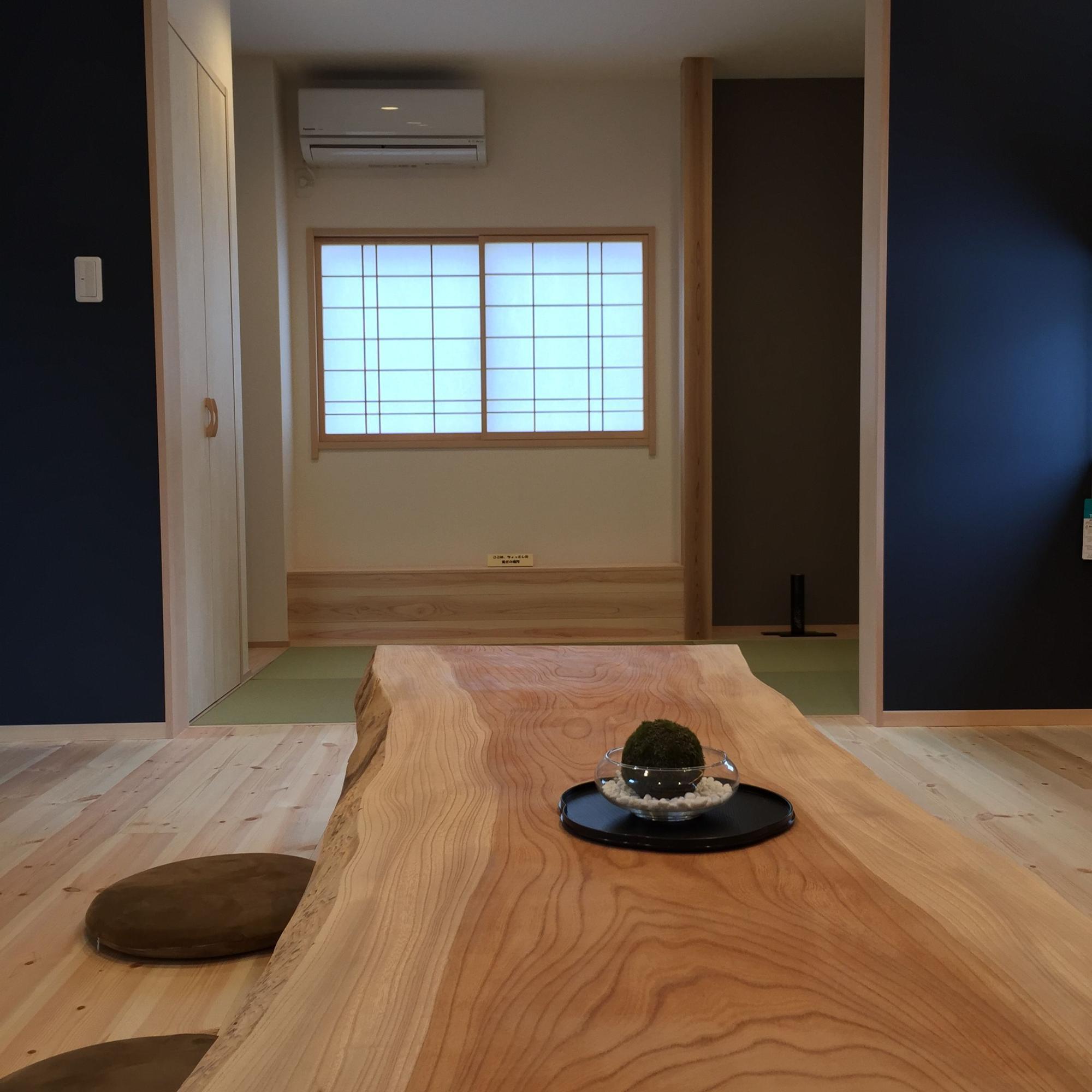 ウエストウッズ設計事務所「なかよし家族の笑顔あふれる座のだんらん」の和風・和モダンな居室の実例写真