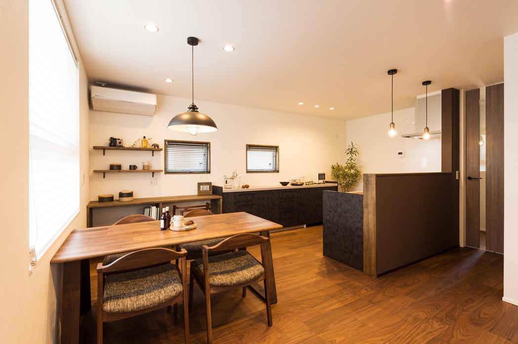 フクダハウジング株式会社「グレーを基調にしたヴィンテージテイストの家」のモダン・ヴィンテージなリビング・ダイニングの実例写真