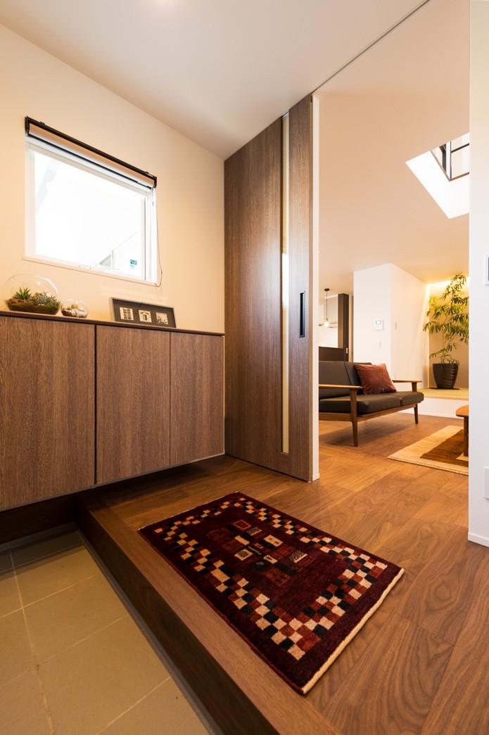 フクダハウジング株式会社「グレーを基調にしたヴィンテージテイストの家」のモダン・ヴィンテージな玄関の実例写真