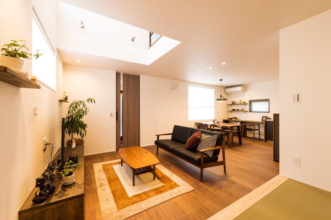 フクダハウジング株式会社「グレーを基調にしたヴィンテージテイストの家」のヴィンテージ・モダンなリビング・ダイニングの実例写真