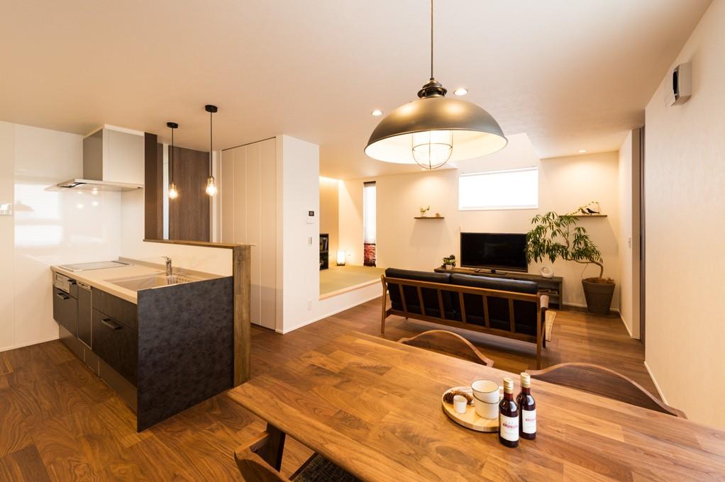 フクダハウジング株式会社「グレーを基調にしたヴィンテージテイストの家」のモダン・ヴィンテージなキッチンの実例写真