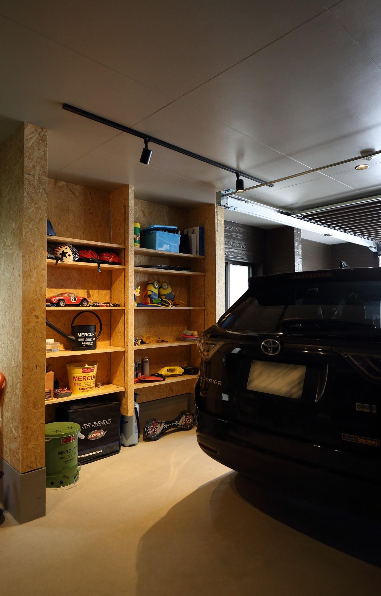 フクダハウジング株式会社「3階建ての素材にこだわった上質な家」のモダンなガレージの実例写真