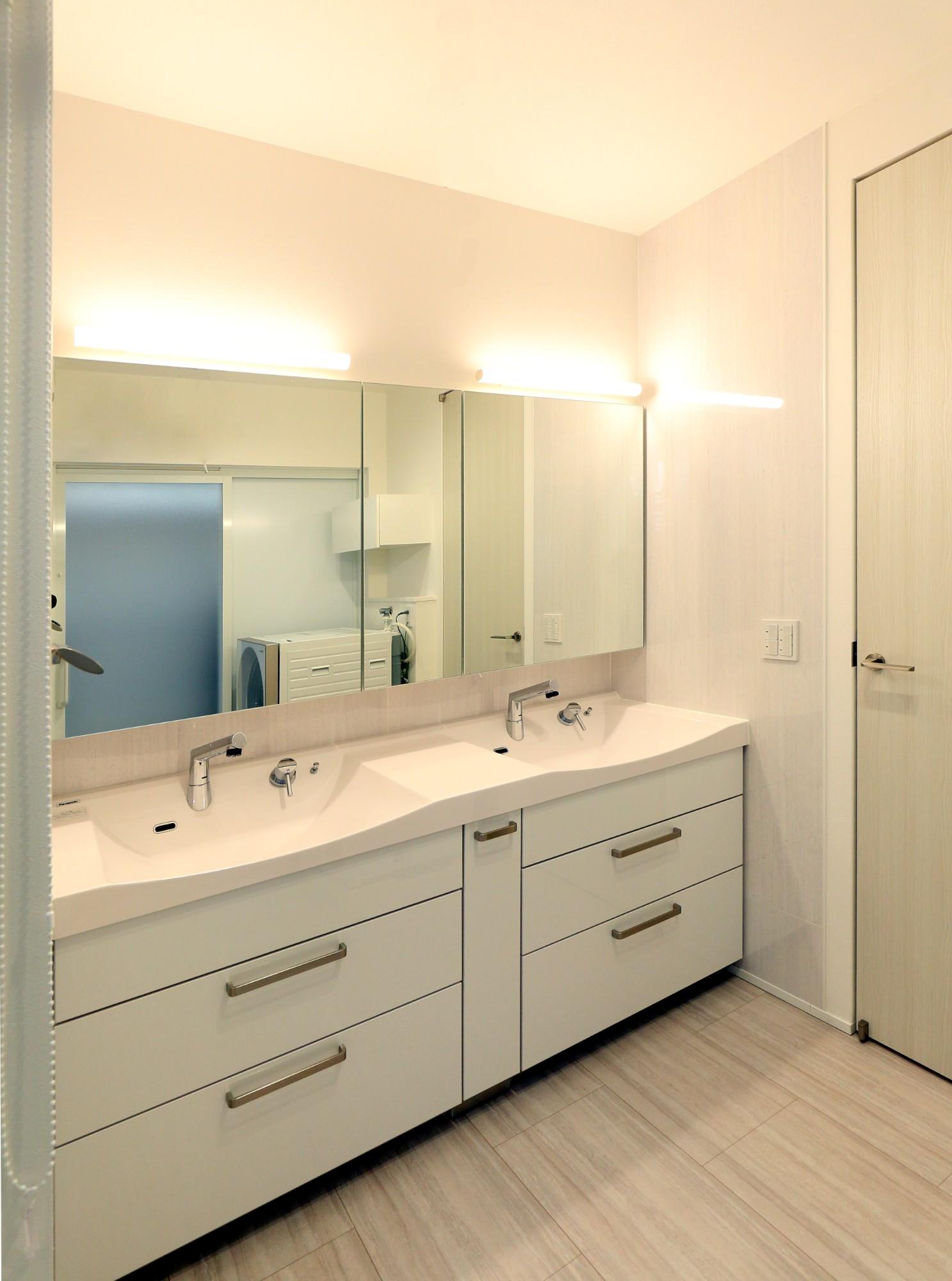 フクダハウジング株式会社「3階建ての素材にこだわった上質な家」のシンプル・ナチュラルな洗面所・脱衣所の実例写真