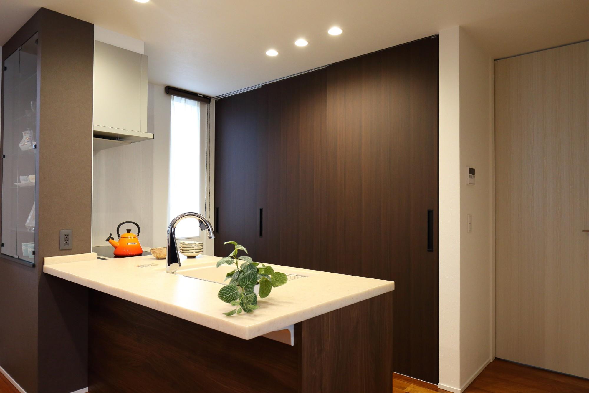 フクダハウジング株式会社「3階建ての素材にこだわった上質な家」のモダンなキッチンの実例写真