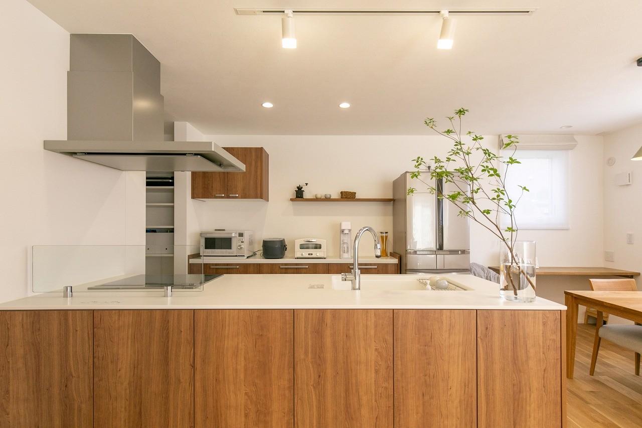 フクダハウジング株式会社「素材にこだわったホワイトが映える20帖LDKの家」のシンプル・ナチュラルなキッチンの実例写真