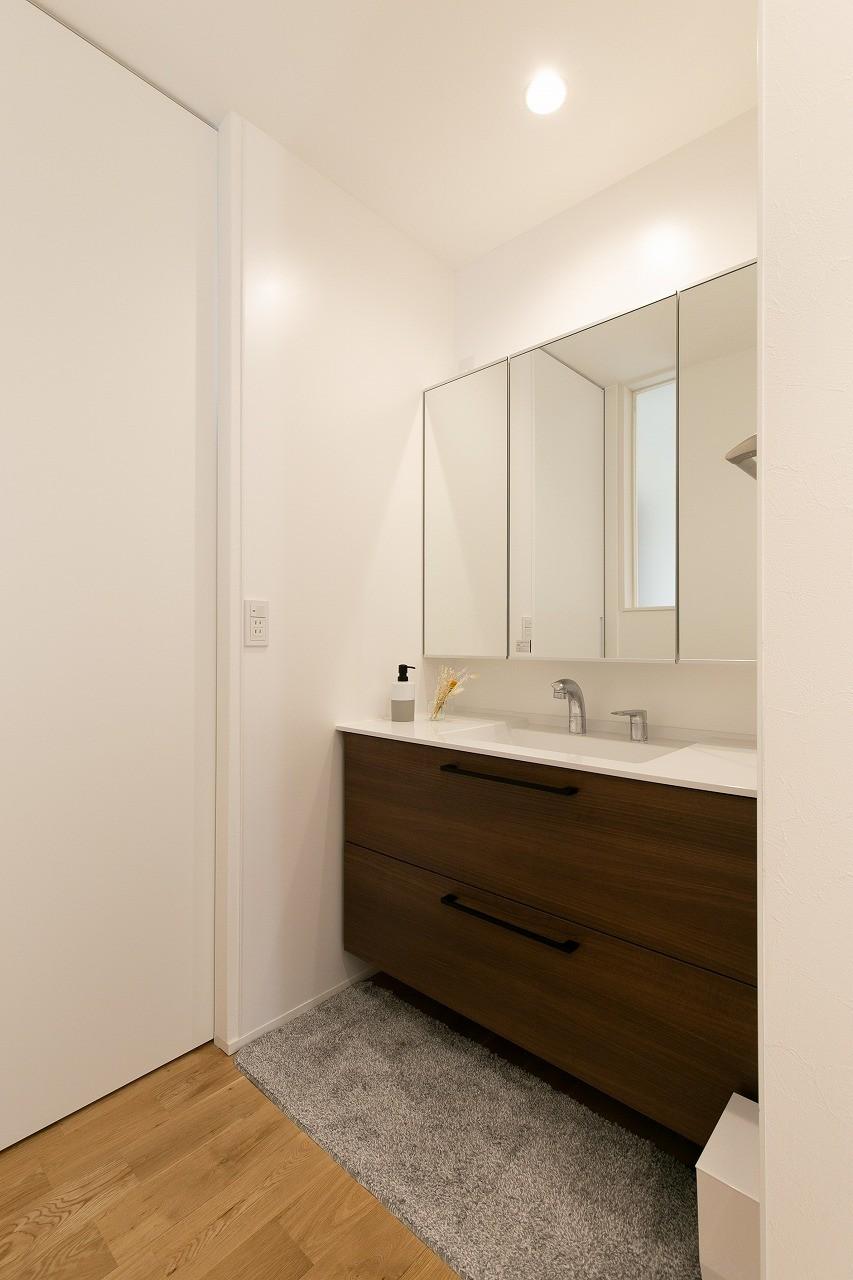 フクダハウジング株式会社「素材にこだわったホワイトが映える20帖LDKの家」のシンプル・ナチュラルな洗面所・脱衣所の実例写真