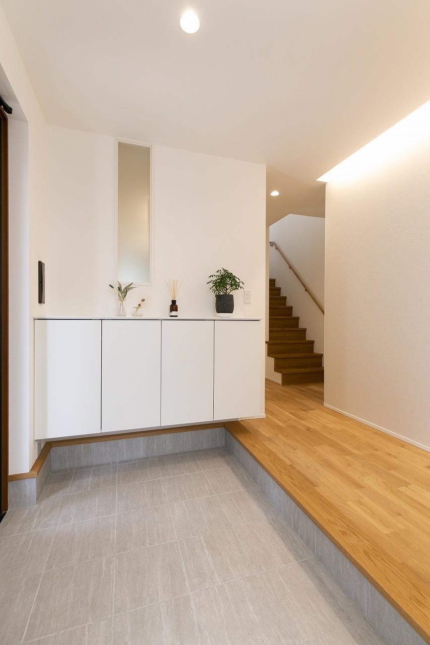 フクダハウジング株式会社「素材にこだわったホワイトが映える20帖LDKの家」のシンプル・ナチュラルな玄関の実例写真