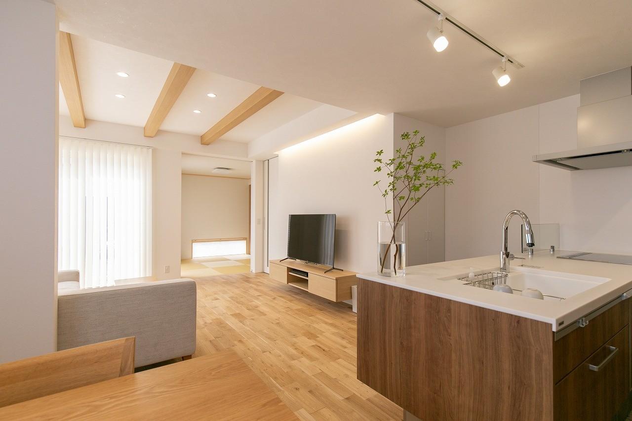 フクダハウジング株式会社「素材にこだわったホワイトが映える20帖LDKの家」のシンプル・ナチュラルなリビング・ダイニングの実例写真