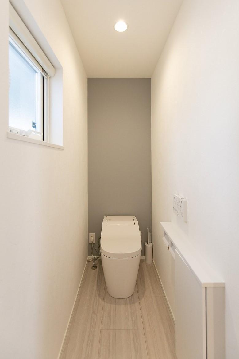 フクダハウジング株式会社「素材にこだわったホワイトが映える20帖LDKの家」のシンプル・ナチュラルなトイレの実例写真