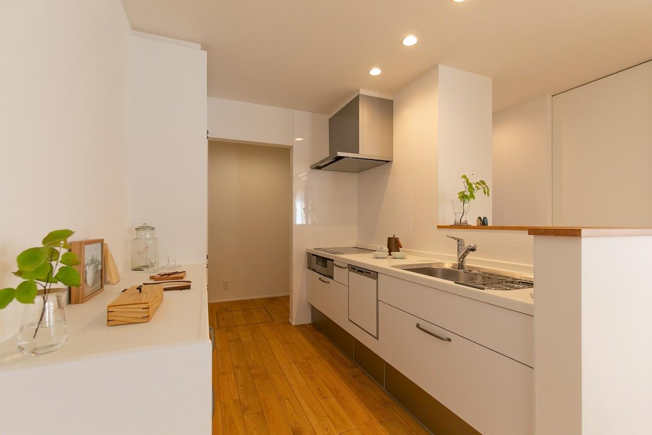 フクダハウジング株式会社「住まいと暮らしが永続きする家」のシンプル・ナチュラルなキッチンの実例写真