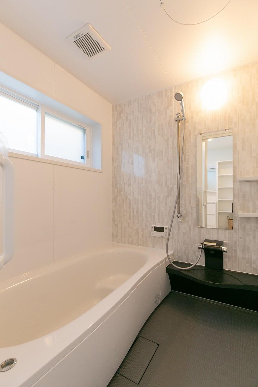 フクダハウジング株式会社「住まいと暮らしが永続きする家」のシンプル・ナチュラルな風呂・浴室の実例写真
