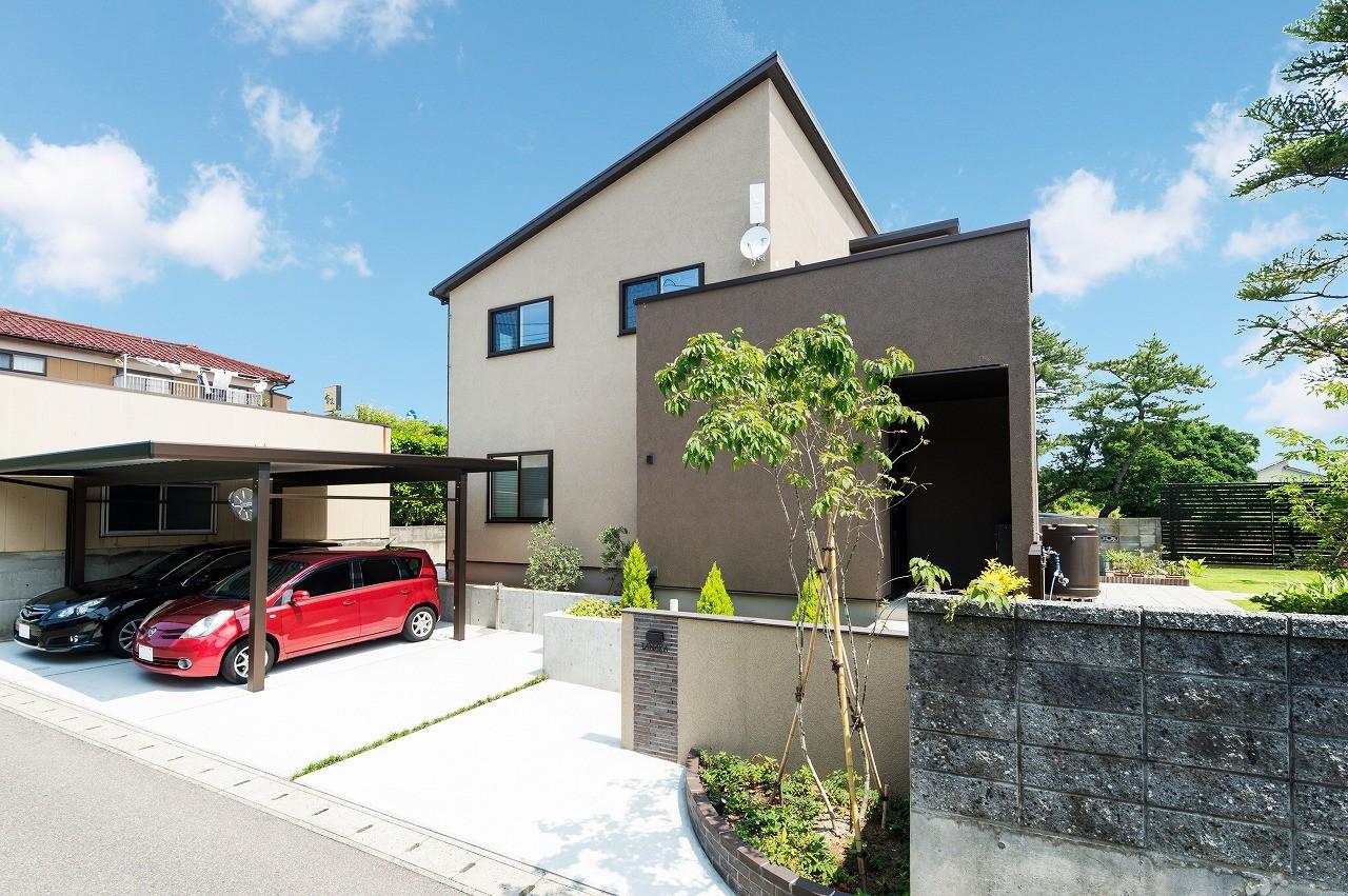 フクダハウジング株式会社「庭とデッキを囲んだ開放感あふれる家」のシンプル・ナチュラルな外観の実例写真