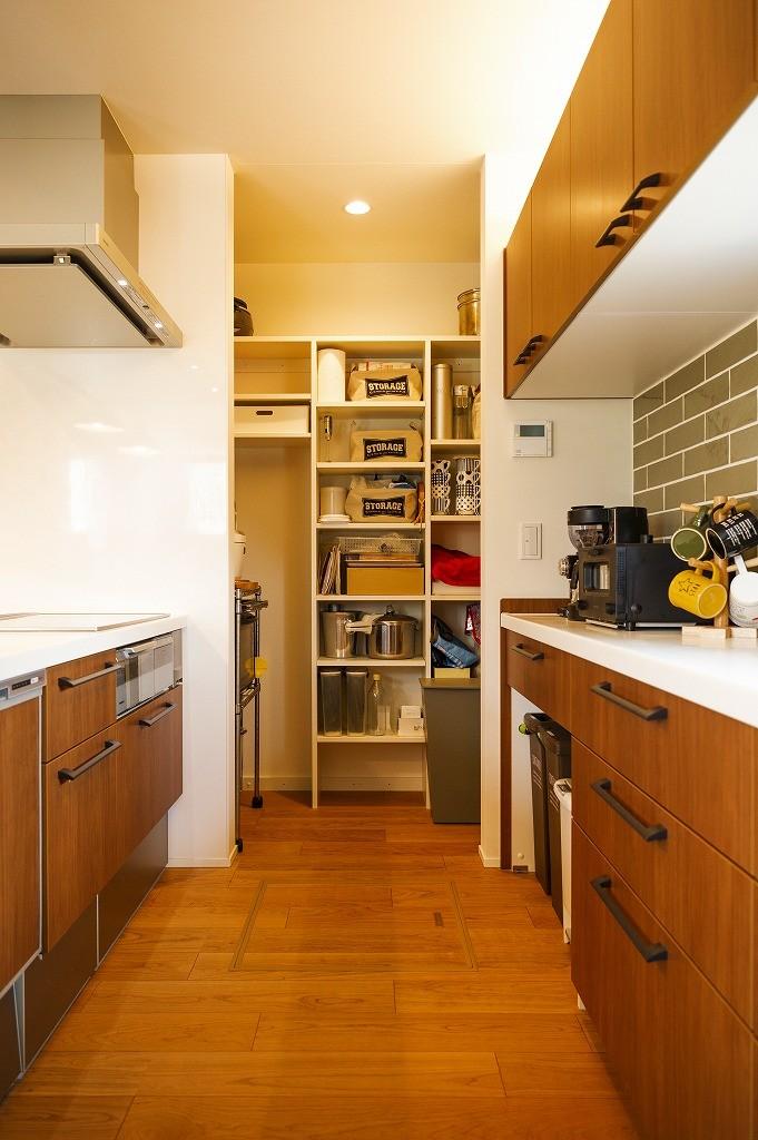 フクダハウジング株式会社「庭とデッキを囲んだ開放感あふれる家」のシンプル・ナチュラルなキッチンの実例写真