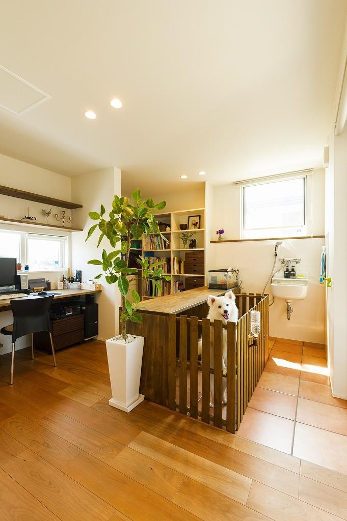 フクダハウジング株式会社「庭とデッキを囲んだ開放感あふれる家」のシンプル・ナチュラルな居室の実例写真