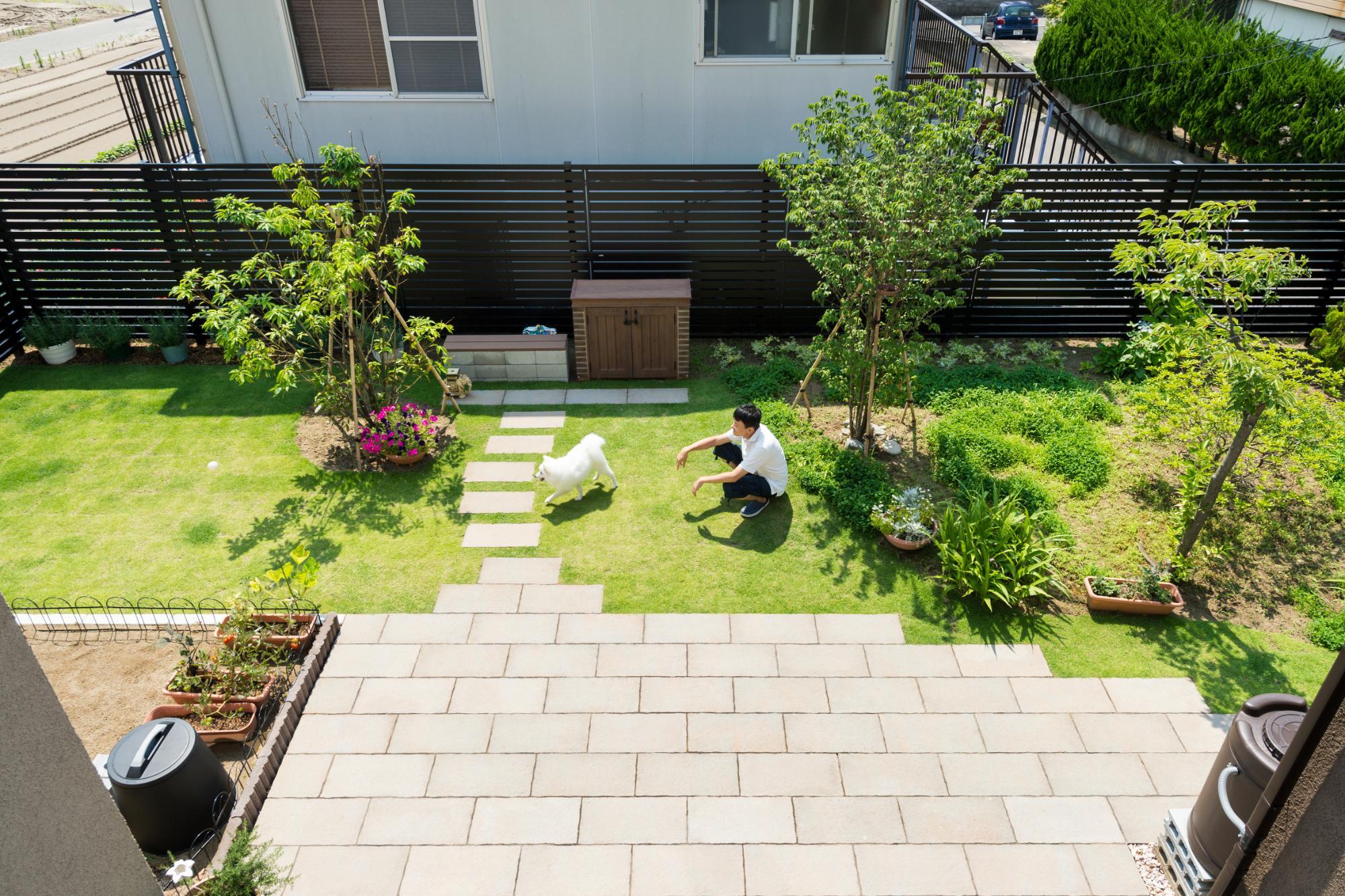 庭とデッキを囲んだ開放感あふれる家の写真1