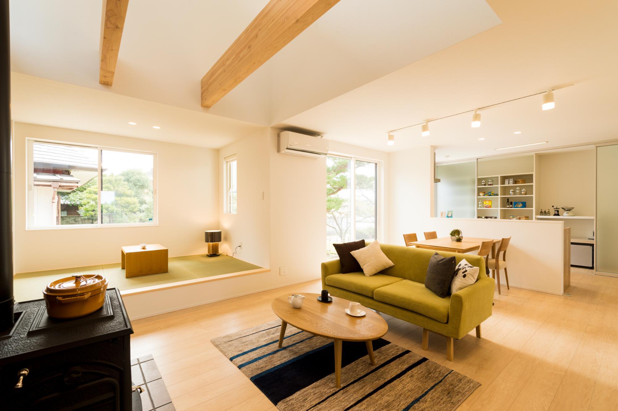 薪ストーブと吹き抜けの家の写真2