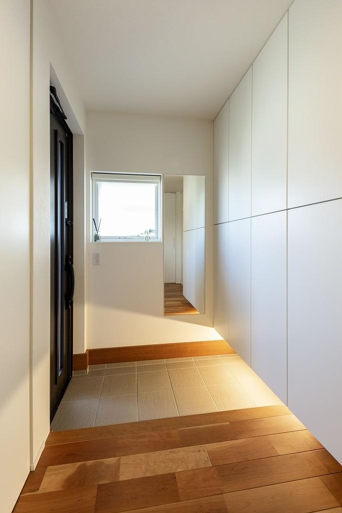 フクダハウジング株式会社「洗練されたデザインが上質感あふれる家」のシンプル・ナチュラルな玄関の実例写真