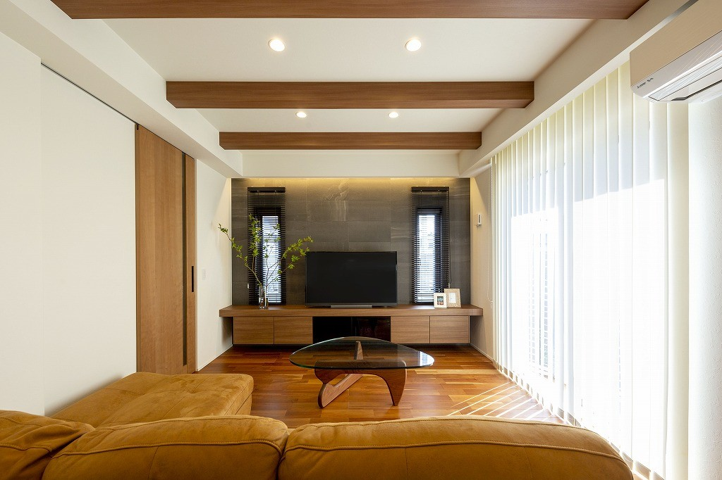 フクダハウジング株式会社「洗練されたデザインが上質感あふれる家」のシンプル・ナチュラル・モダンなリビング・ダイニングの実例写真
