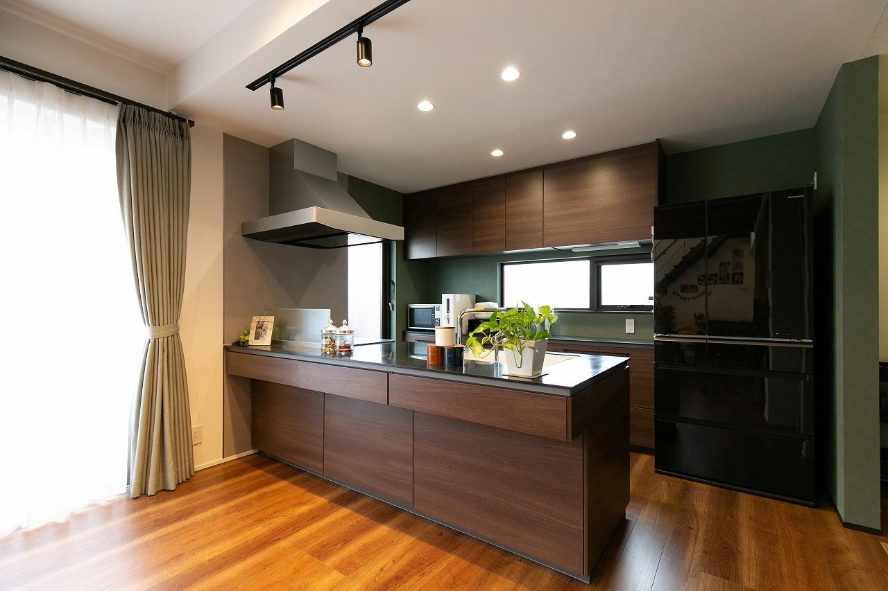 フクダハウジング株式会社「家族みんなが楽しく過ごせる工夫がつまった家」のモダンなキッチンの実例写真