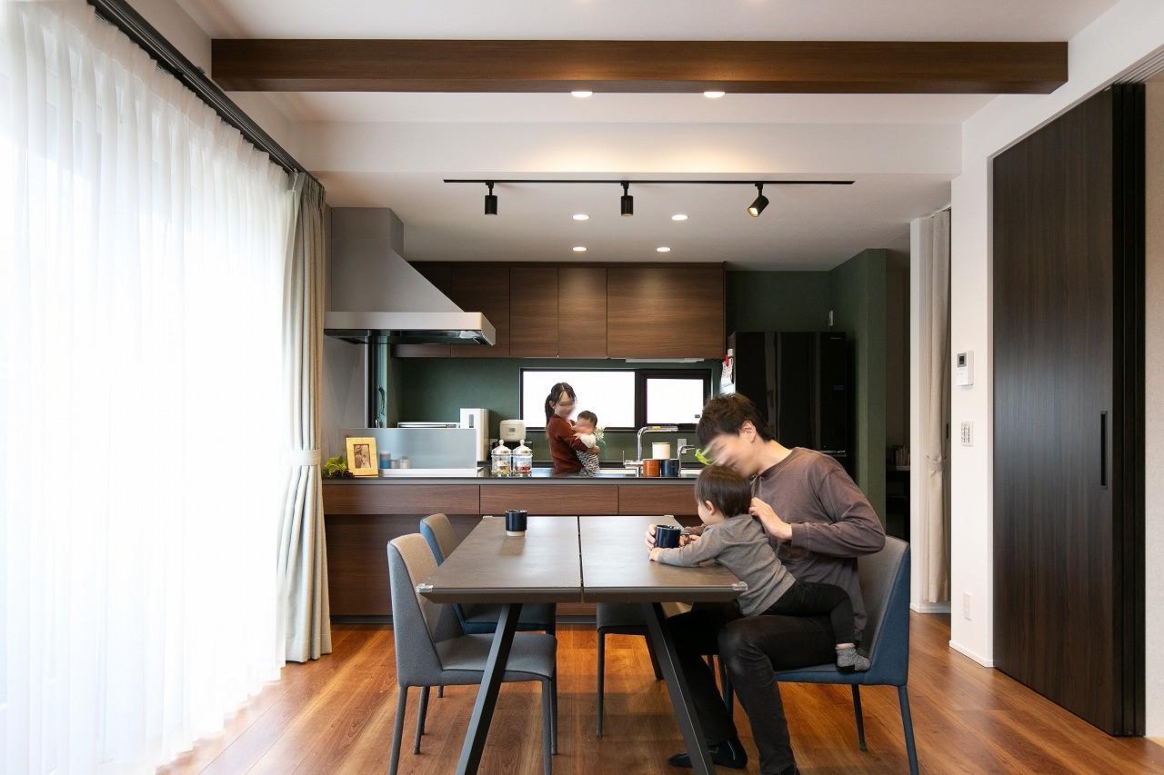 フクダハウジング株式会社「家族みんなが楽しく過ごせる工夫がつまった家」のモダンなリビング・ダイニングの実例写真