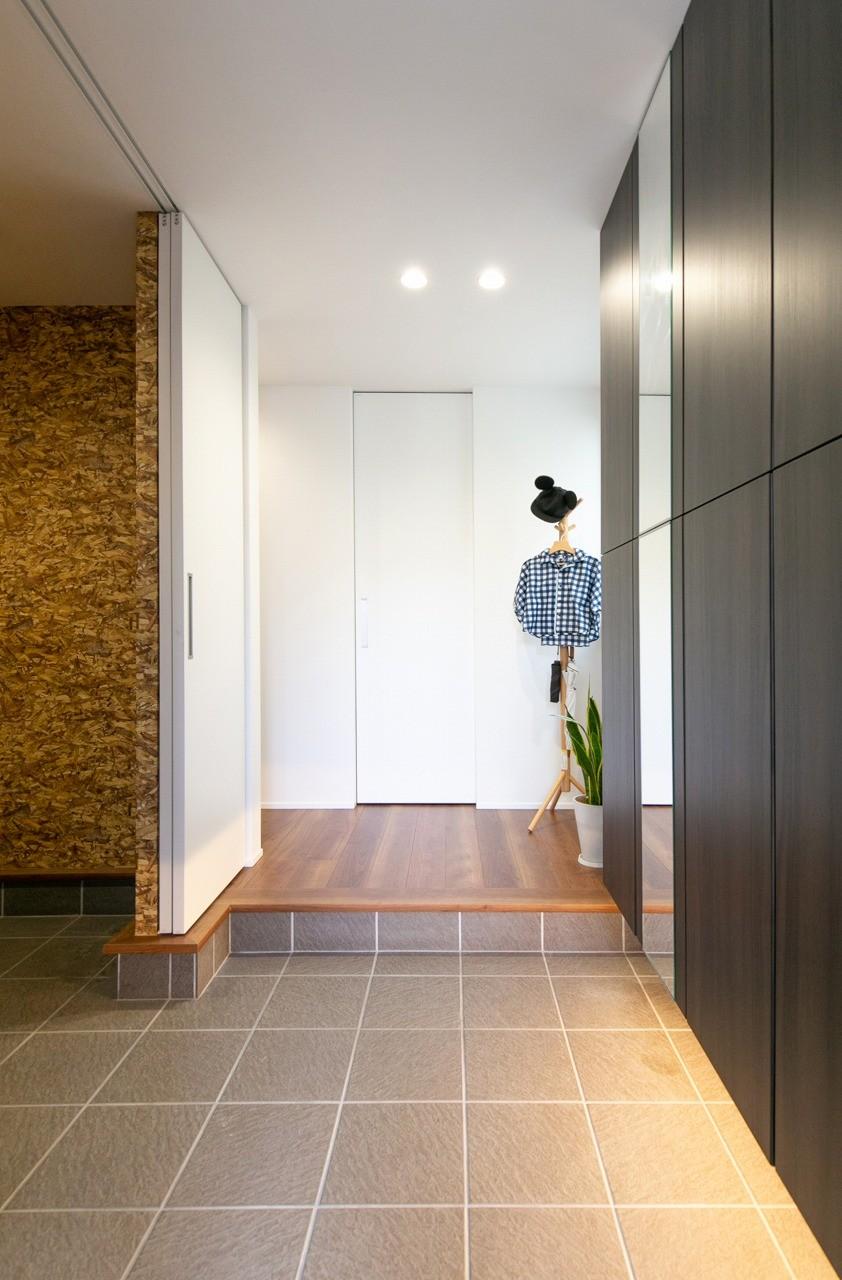 フクダハウジング株式会社「家族みんなが楽しく過ごせる工夫がつまった家」のモダンな玄関の実例写真