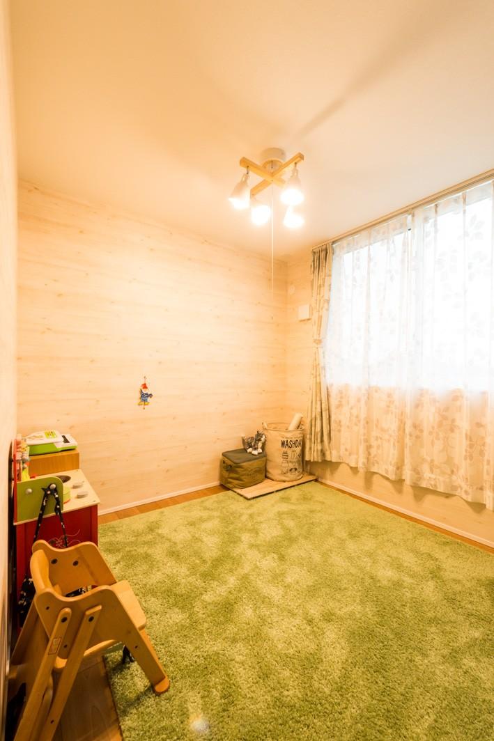 フクダハウジング株式会社「寛ぎのライブラリーがある家」のシンプル・ナチュラルな居室の実例写真