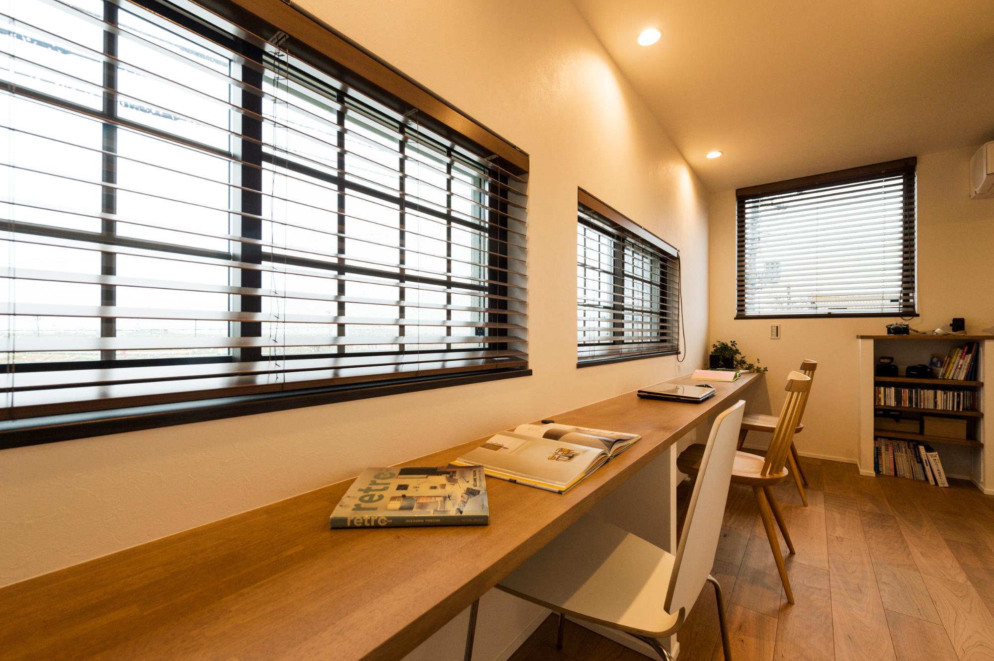 フクダハウジング株式会社「寛ぎのライブラリーがある家」のモダンな居室の実例写真
