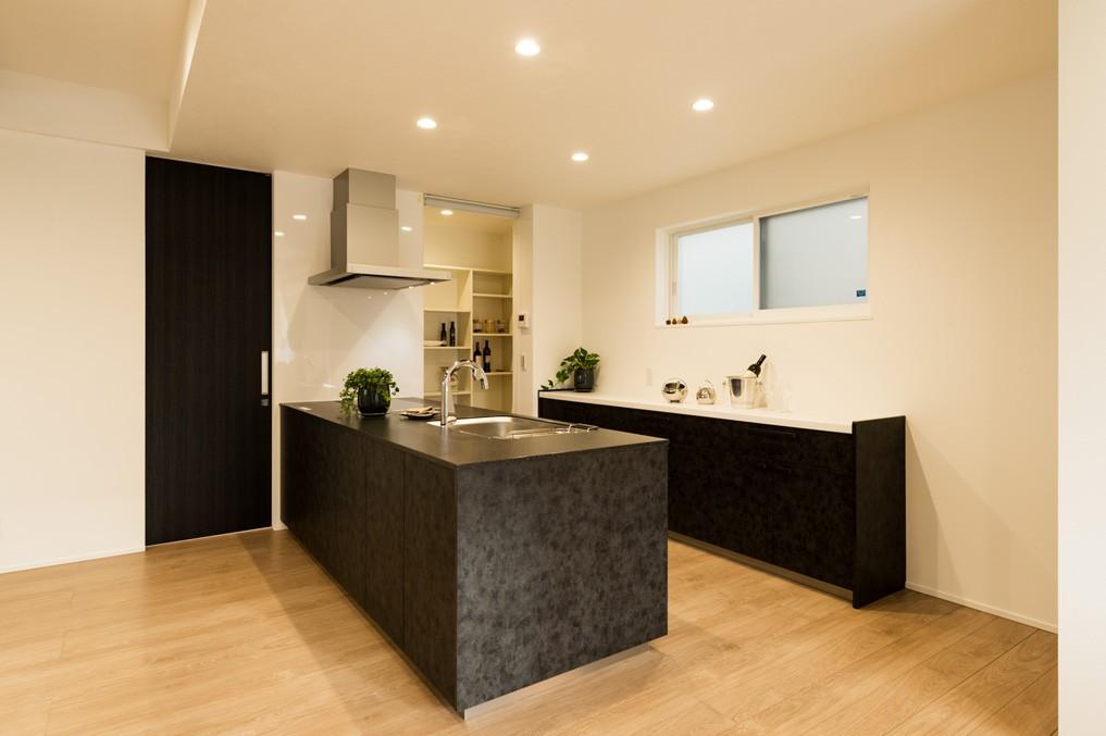 フクダハウジング株式会社「モノトーンコーディネートのスタイリッシュな家」のモダンなキッチンの実例写真
