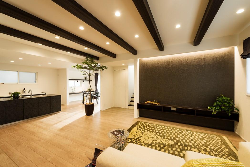 フクダハウジング株式会社「モノトーンコーディネートのスタイリッシュな家」のモダンなリビング・ダイニングの実例写真