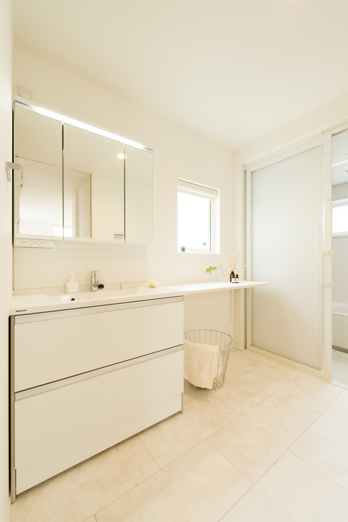 フクダハウジング株式会社「「白×木×緑」で彩ったシンプルな家」のシンプル・ナチュラルな洗面所・脱衣所の実例写真