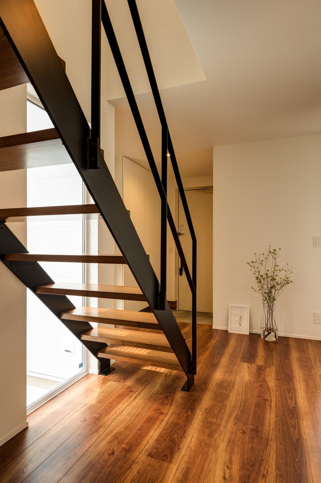 フクダハウジング株式会社「「白×木×緑」で彩ったシンプルな家」のシンプル・ナチュラルな階段の実例写真