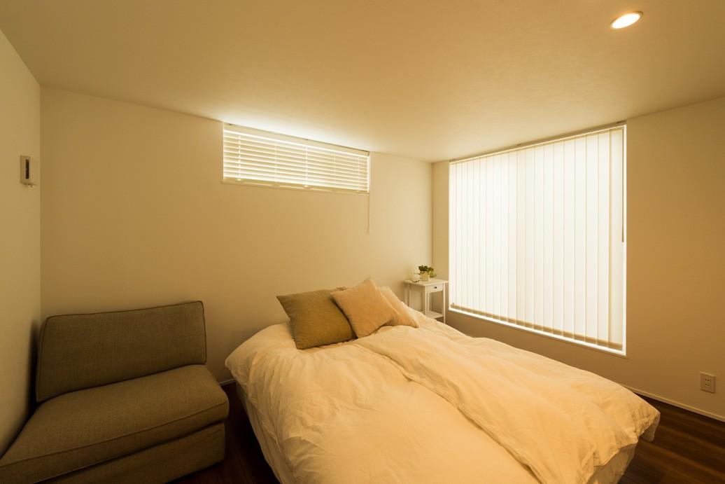 フクダハウジング株式会社「「白×木×緑」で彩ったシンプルな家」のシンプル・ナチュラルな居室の実例写真